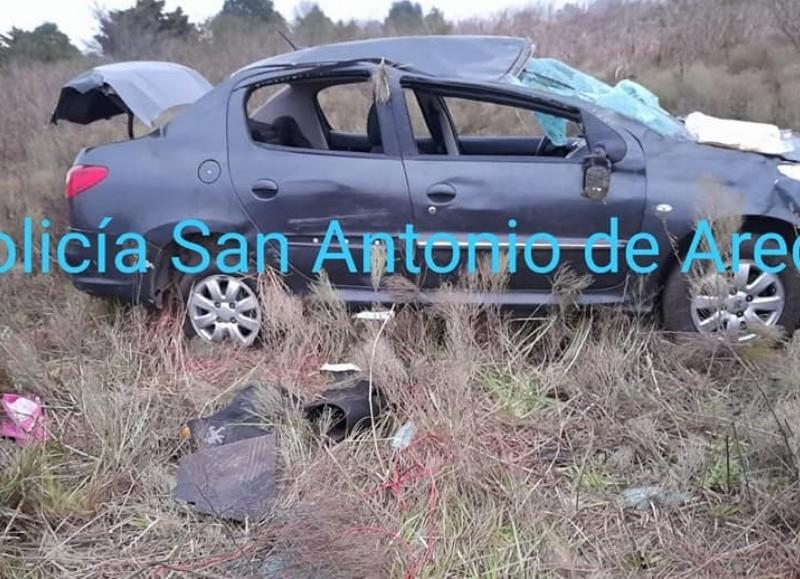 El automóvil en el que se trasladaban los cuatro jóvenes perdió el control y terminó volcando. Uno de los ocupantes estaba grave.