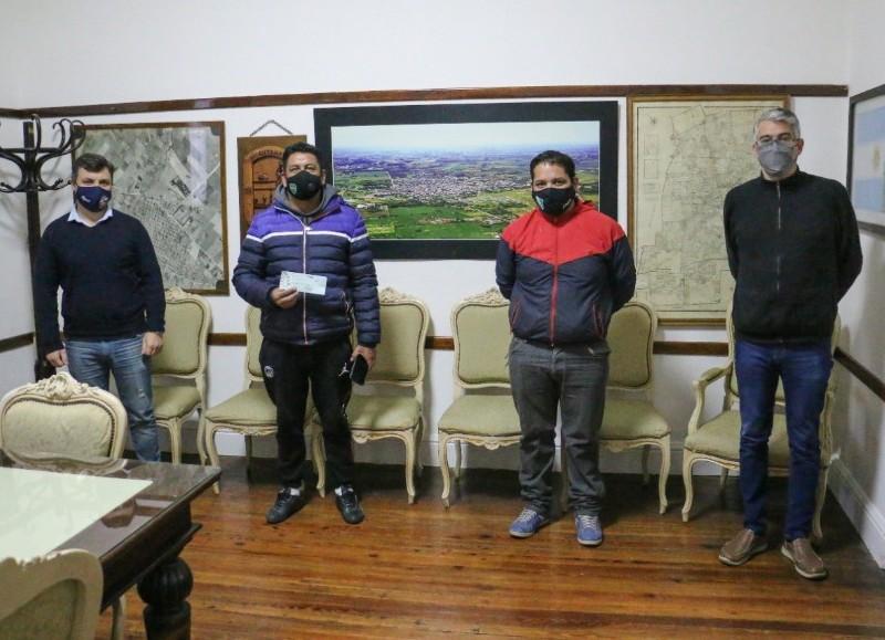 El intendente municipal Carlos Puglelli, acompañado por el secretario de Gobierno Miguel Gesualdi, entregó un subsidio al Club Atlético Villa Manchi.