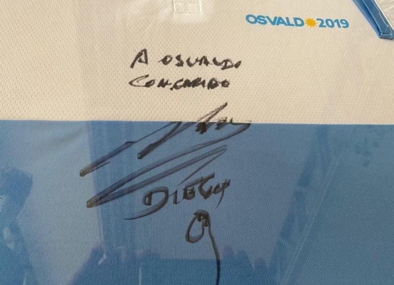 El autógrafo de Diego Armando Maradona al intendente.